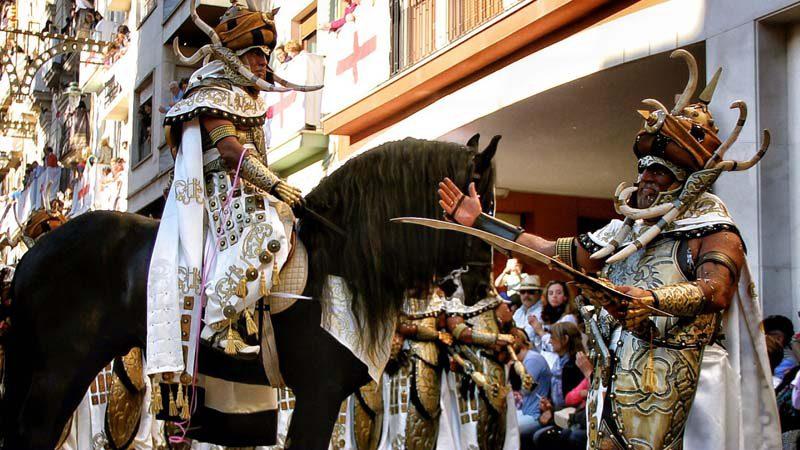 Ambiente festero de Moros y Cristianos en Alicante