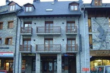 Apartamentos los lagos cerler valle de benasque huesca for Hotel avenida benasque